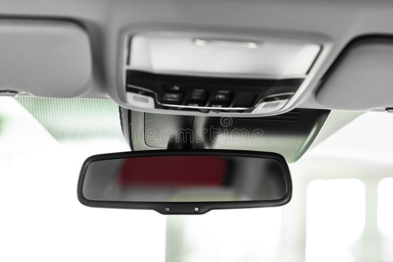 Espelho de vista traseira Detalhes de interior ? moda do carro, interior de couro fotos de stock royalty free