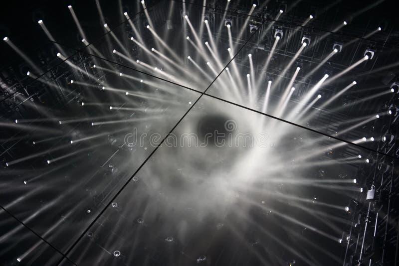 Espelho do assoalho da reflexão spotlights raios de luz de conexão fotos de stock royalty free