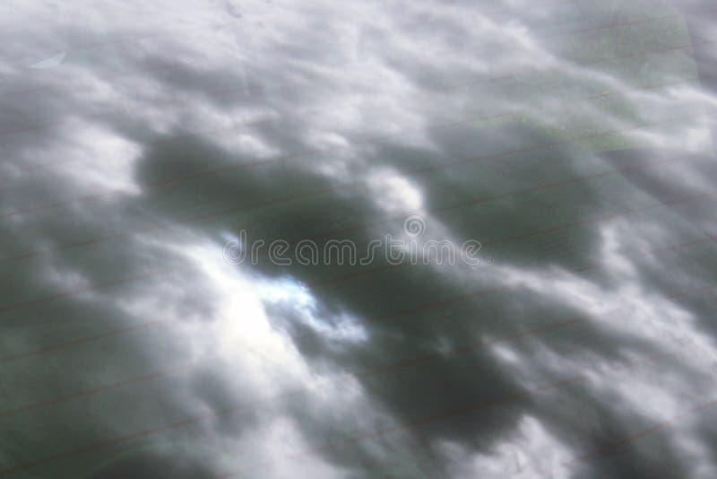 Espelho do céu nebuloso da tempestade no vidro do carro foto de stock