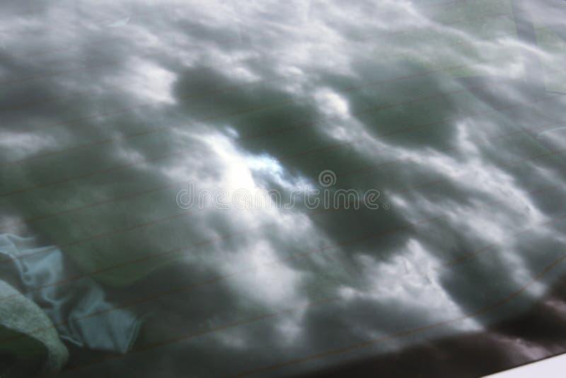 Espelho do céu nebuloso no vidro do carro imagens de stock royalty free