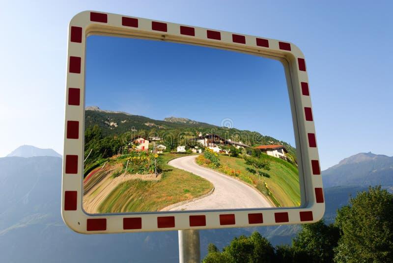 Download Espelho Do Jardim Em Crans Montana Foto de Stock - Imagem de reflexão, casa: 16873874