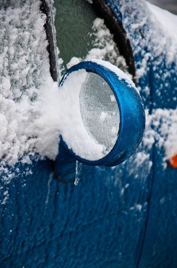 Espelho do lado do carro coberto com a crosta do gelo imagens de stock royalty free