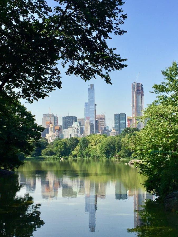 Espelho do Midtown do Central Park, NYC fotos de stock royalty free