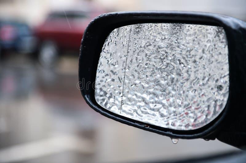 Espelho do veículo coberto no gelo durante a chuva de congelação fotos de stock