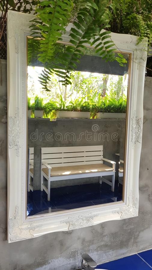 Espelho e bacia de toalete público limpo foto de stock royalty free