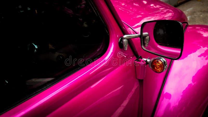 Espelho e janela laterais do carro retro do veículo do vintage do rosa imagens de stock