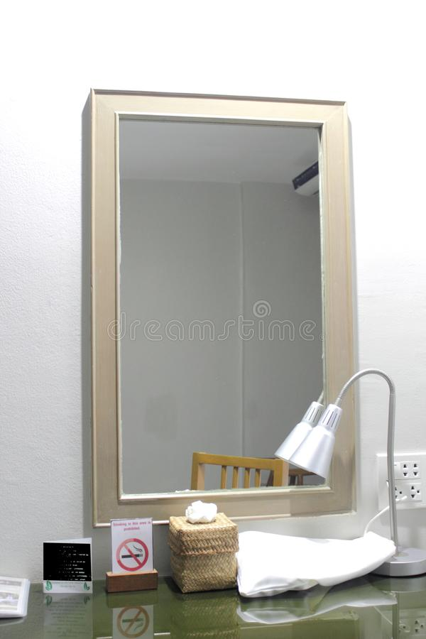 Espelho e lâmpada na tabela de molho fotografia de stock