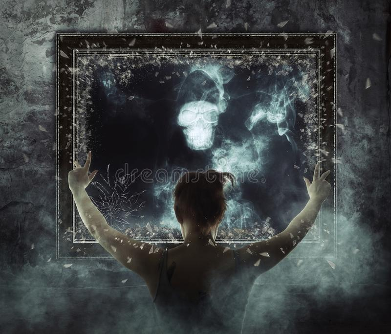 espelho Fantasma terrível no fumo escuro fotos de stock