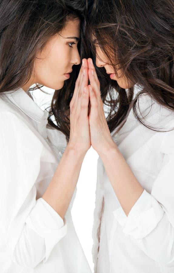 Espelho gêmeo bonito das meninas fotografia de stock
