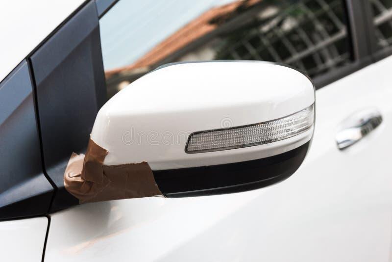 Espelho lateral do carro branco quebrado fotos de stock