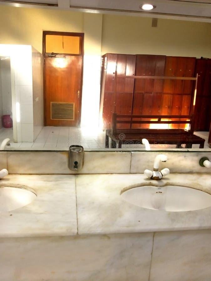 Espelho mágico do banheiro com ninguém fotos de stock
