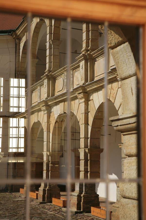 Espelho na janela Castelo em Moravska Trebova, República Checa fotografia de stock