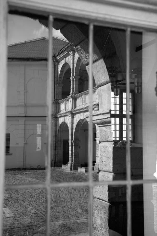 Espelho na janela Castelo em Moravska Trebova, República Checa foto de stock