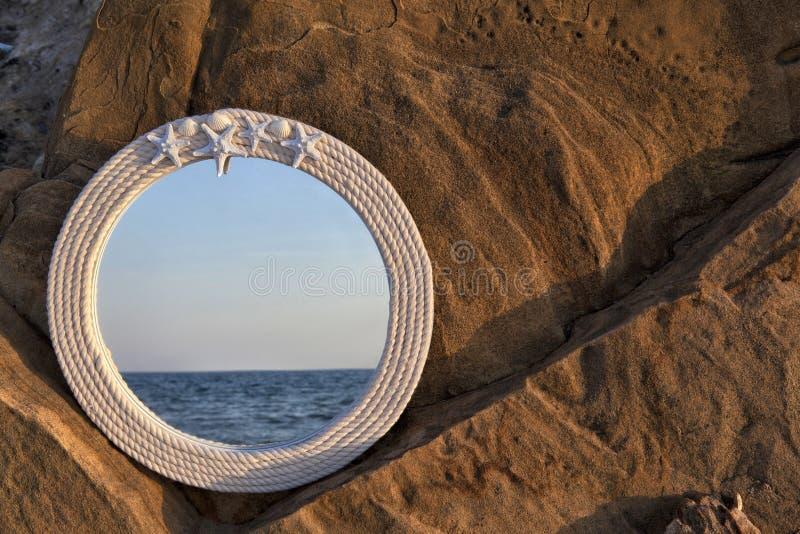 Espelho na praia foto de stock royalty free