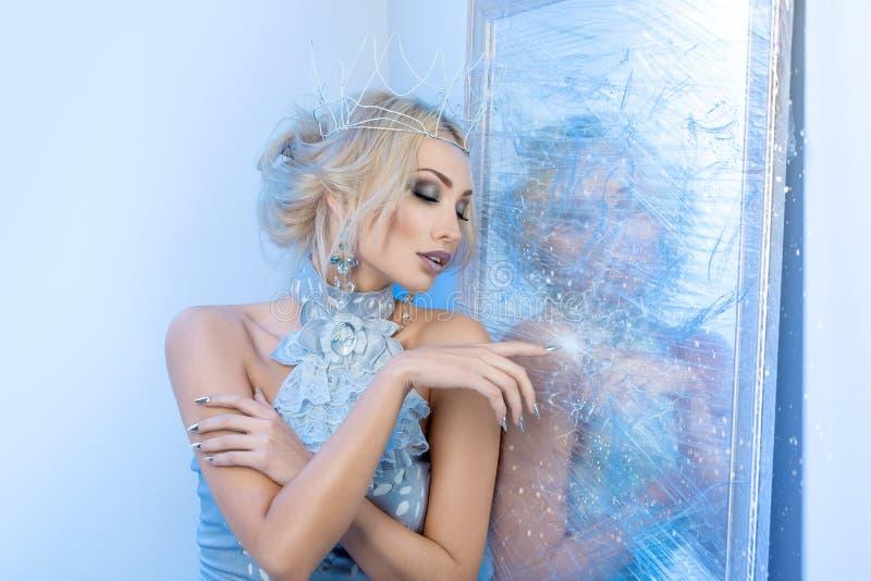 Espelho próximo congelado da rainha da neve fotografia de stock