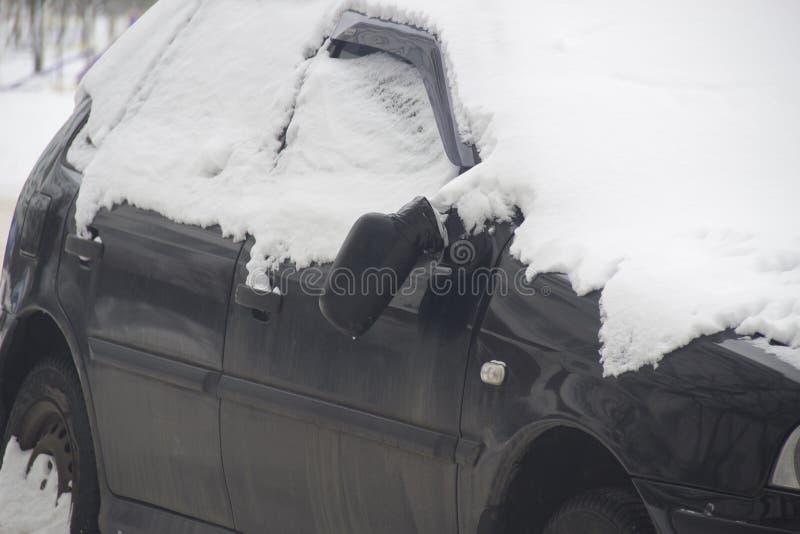 Espelho quebrado em um carro preto quebrado fotos de stock