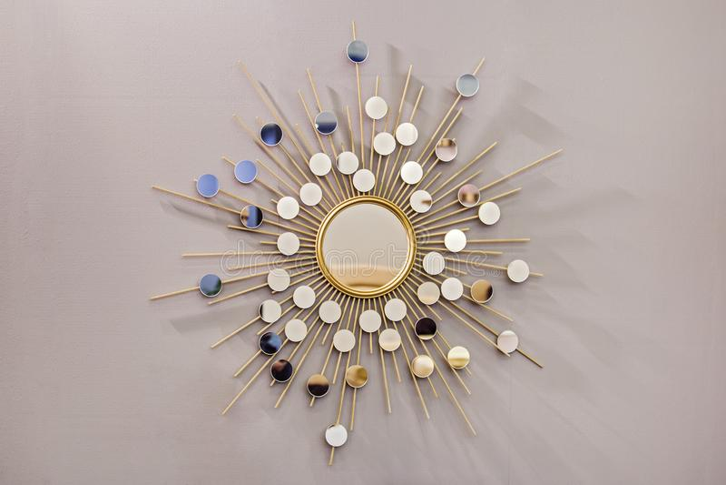 Espelho redondo na forma do sol, um espelho dourado da parede decorativa do tanoeiro, forma moderna no estilo escandinavo foto de stock royalty free