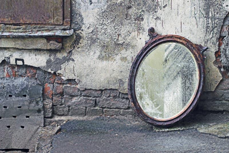 Espelho velho para fora jogado imagem de stock