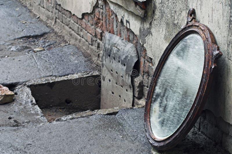 Espelho velho para fora jogado imagem de stock royalty free