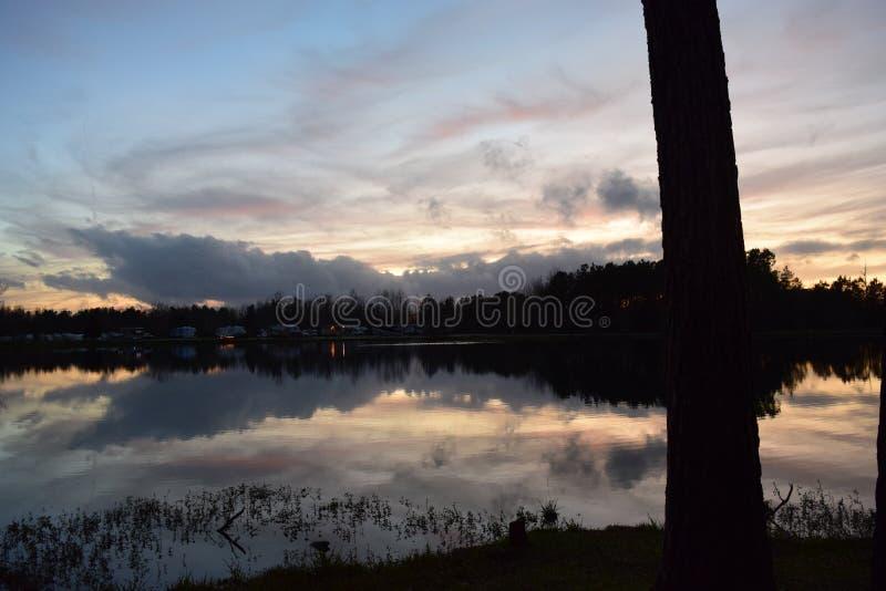 Espelhos De Reflexão Do Sol Na Água Do Lago fotografia de stock royalty free
