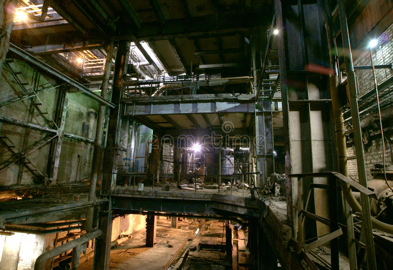 Espeluznante viejo, oscuro, decayendo, fábrica destructiva, sucia fotos de archivo libres de regalías