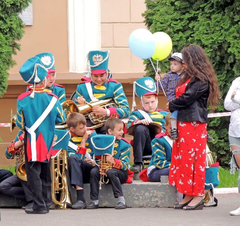 Espera da banda filarmônica das crianças por seus desempenhos imagens de stock royalty free