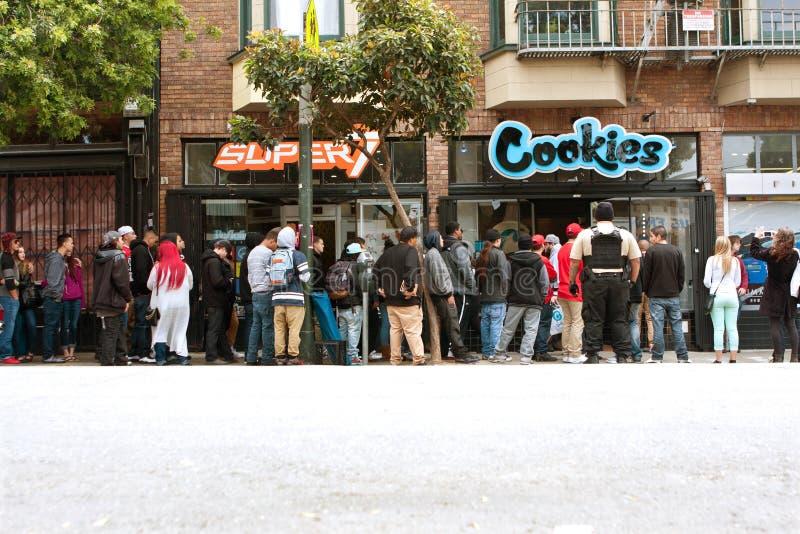 Espera de la gente en la larga cola para comprar accesorios de la marijuana imagen de archivo