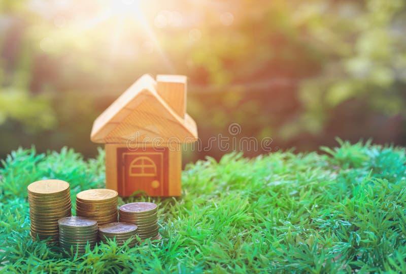 Espera de madeira do enigma para cumprir a forma home para a casa do sonho da construção ou o conceito feliz da vida para a propr imagem de stock royalty free
