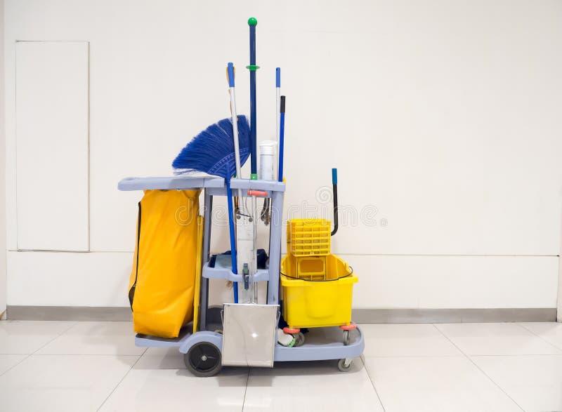 Espera do carro das ferramentas da limpeza para limpar Cubeta e grupo de equipamento da limpeza no escritório e no armazém fotos de stock royalty free