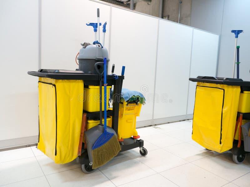 Espera do carro das ferramentas da limpeza para limpar Cubeta e grupo de equipamento da limpeza no escritório serviço de guarda d imagem de stock royalty free