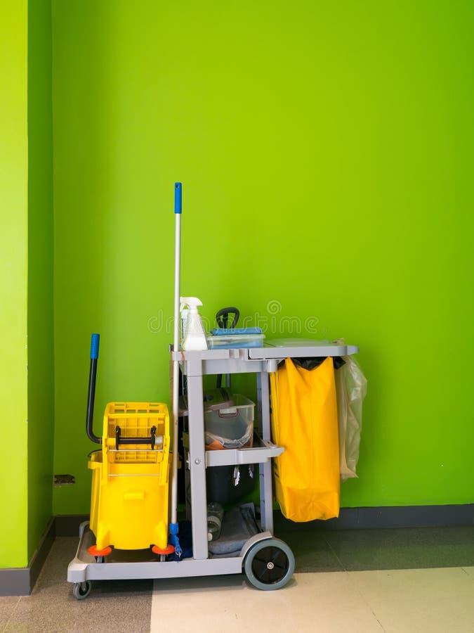 Espera do carro das ferramentas da limpeza para limpar Cubeta e grupo de equipamento da limpeza no escritório serviço de guarda d fotografia de stock royalty free