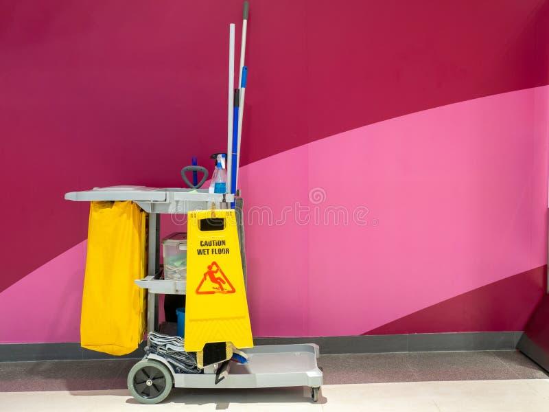 Espera do carro das ferramentas da limpeza para o líquido de limpeza Cubeta e grupo de limpeza imagem de stock royalty free