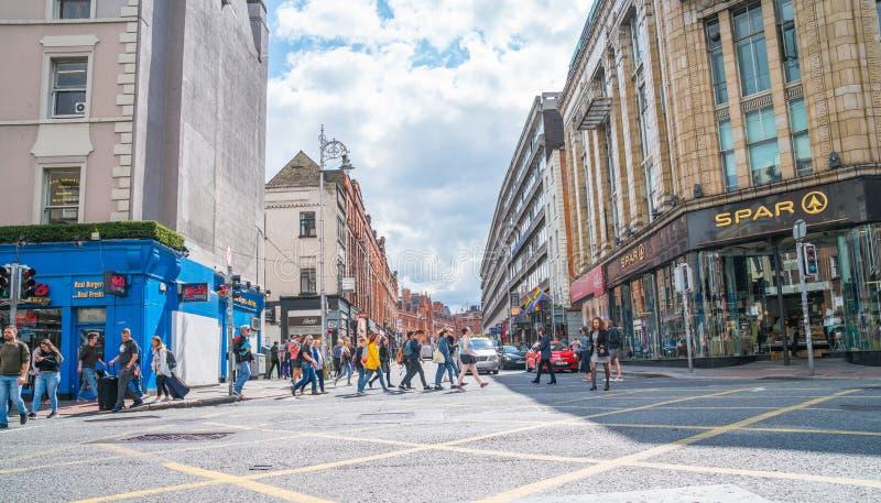 Espera dos povos e interseção ocupada transversal da cidade foto de stock royalty free