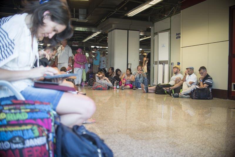 espera dos povos para voos atrasados ou cancelados fotos de stock