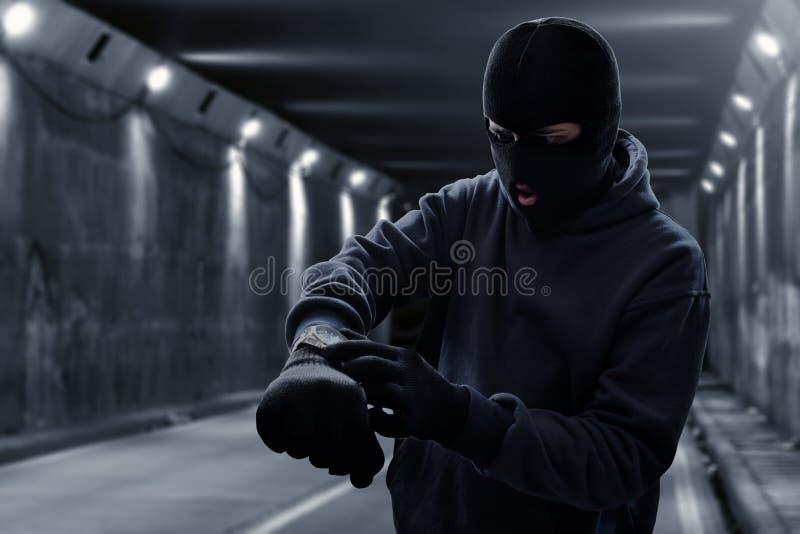 Espera enmascarada del ladrón en túnel imagenes de archivo