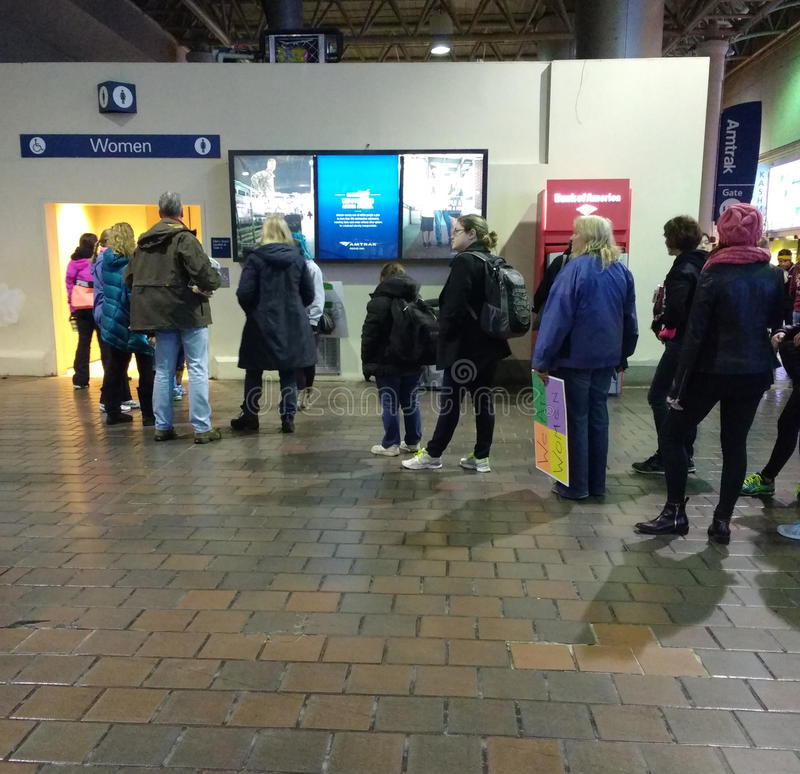 Espera longa na linha para o banheiro do ` s das mulheres, estação da união, Washington DC, EUA imagem de stock