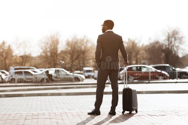 Espera para el taxi del aeropuerto Hombre de negocios Arriving para el viaje de negocios imagenes de archivo