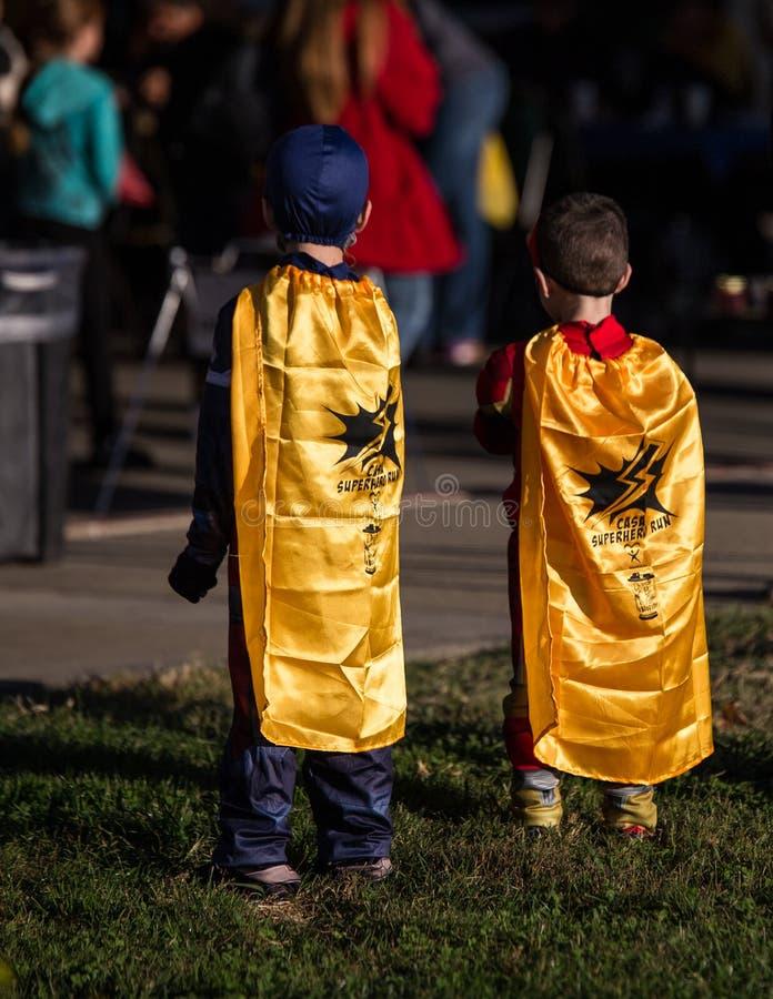 Esperando a corrida do super-herói da CASA imagens de stock royalty free