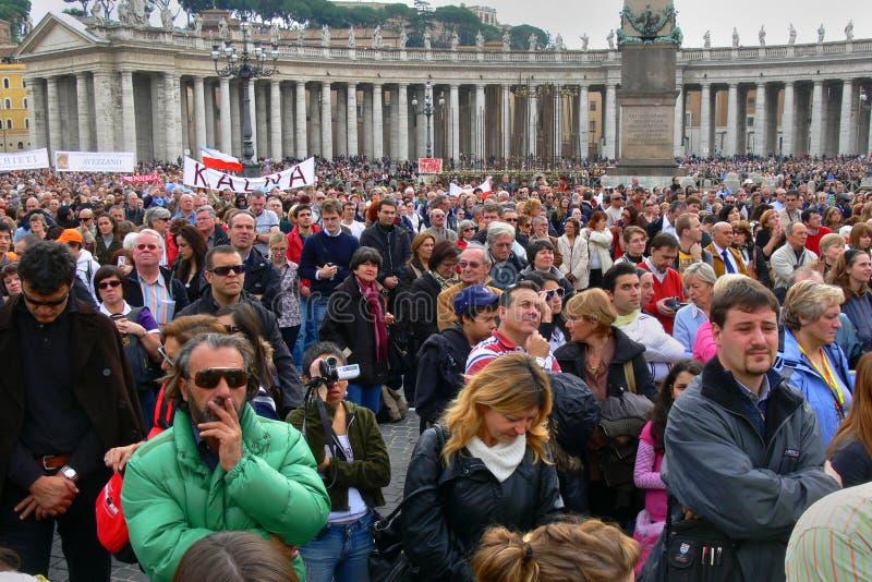 Esperando o papa, Cidade do Vaticano, Roma. foto de stock