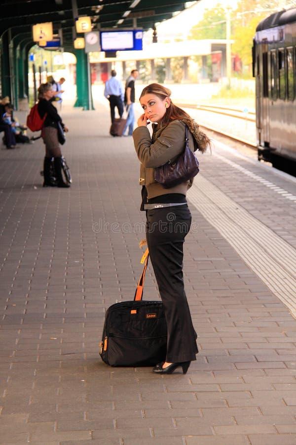 Esperando o trem imagem de stock
