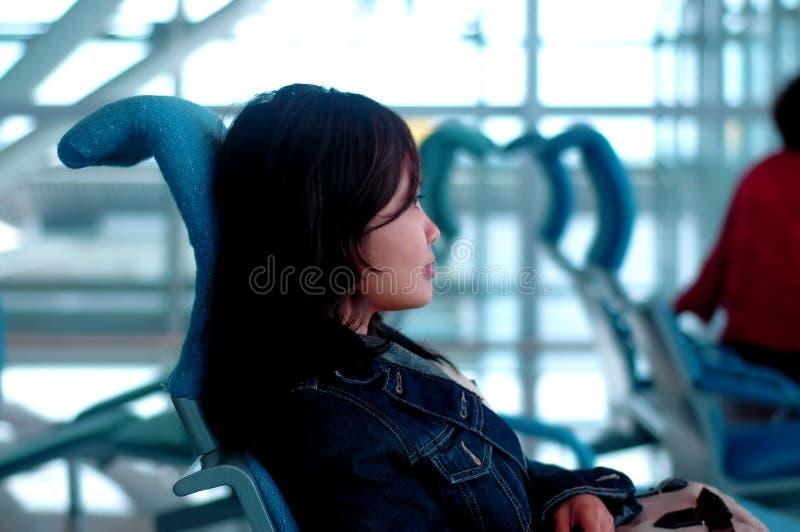 Download Esperando o vôo imagem de stock. Imagem de mulheres, aeroporto - 106685