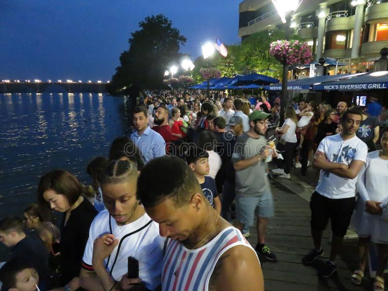 Esperando os fogos de artifício na margem de Georgetown imagem de stock royalty free