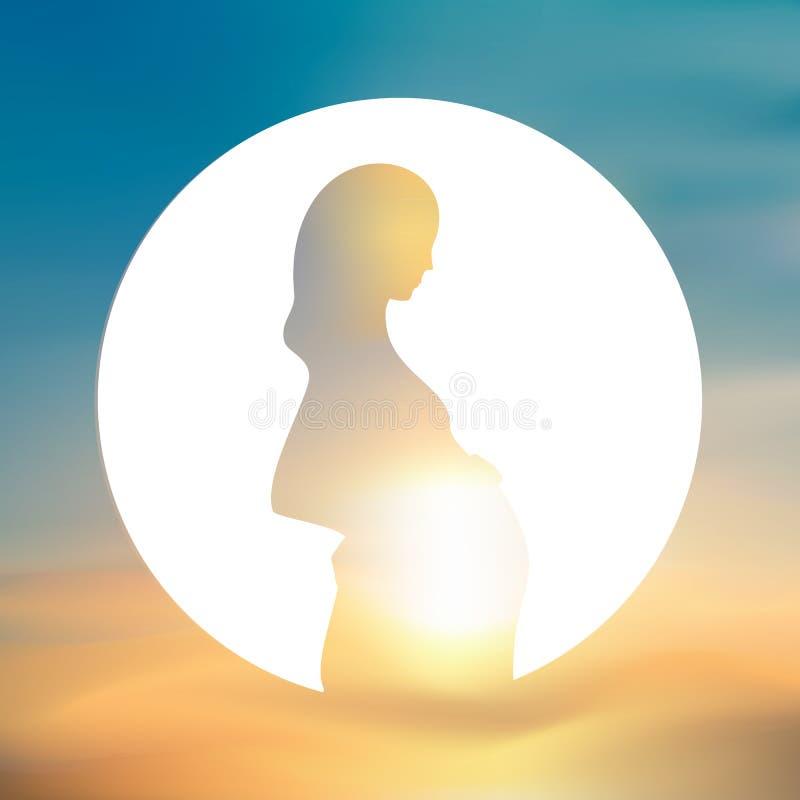 Esperando, silueta embarazada de la madre en un círculo blanco Fondo borroso del cielo fotografía de archivo libre de regalías