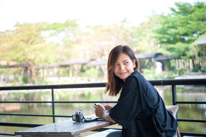Esperando um amigo Menina encantador nova do moderno com smil bonito foto de stock royalty free