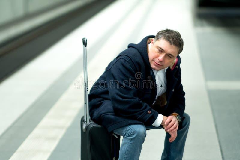 Esperando um trem atrasado fotos de stock royalty free