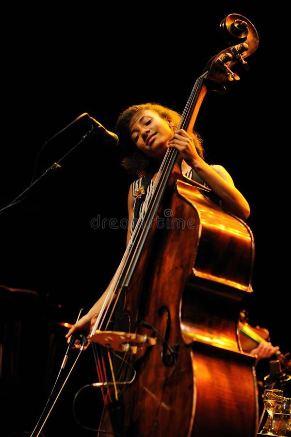 Esperanza Spalding (bajista, violoncelista y cantante americanos del jazz) se realiza en Auditori fotos de archivo
