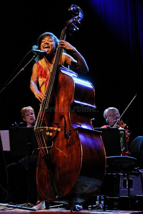 Esperanza Spalding, bassista di jazz, violoncellista e cantante fotografia stock libera da diritti