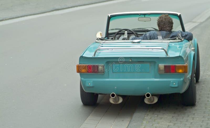 Esperar el programa piloto en un sportscar viejo fotografía de archivo libre de regalías