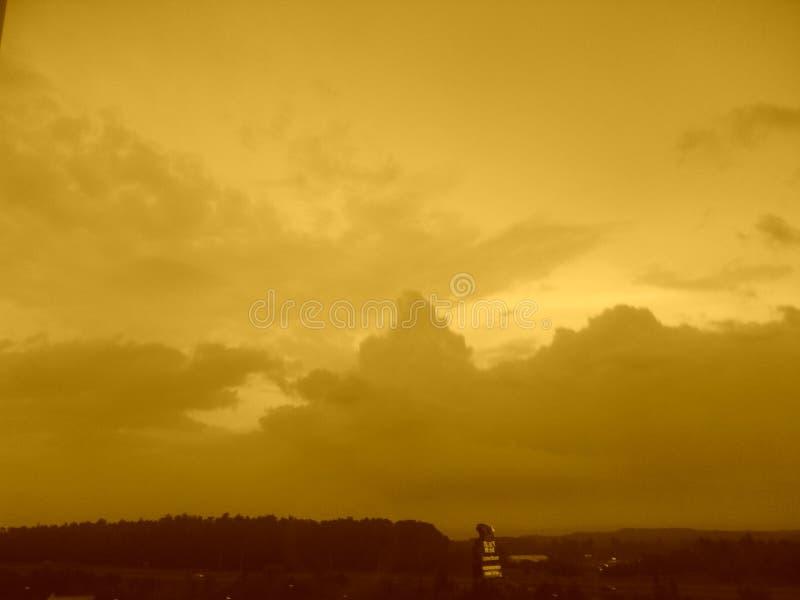 Esperar hacia fuera la tormenta imagen de archivo