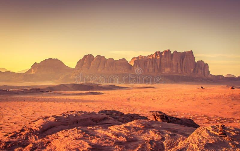 Esperar la puesta del sol en Wadi Rum foto de archivo